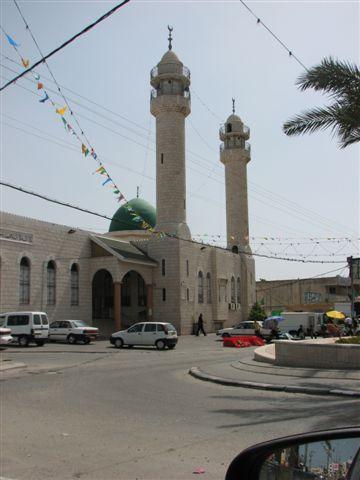ג'אמה אבו באקר - המסגד השוכן על הציר המרכזי של היישוב וקרוי על שמו של עבדאללה אבן עת'מאן אבו באקר. אבו באקר היה החליף הראשון שבא אחרי מוחמד וככל הידוע לי לא הספיק בחייו לבקר בבאקה אל גרבייה