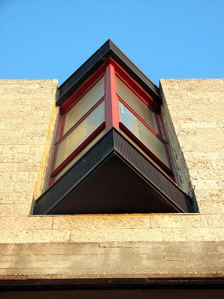 למי שלא מכיר אז הנה אחד מהחלונות בחזית הצפונית שתכנן האדריכל גרשון צפור לבניין בצלאל בהר הצופים (צולם ב-8/07)