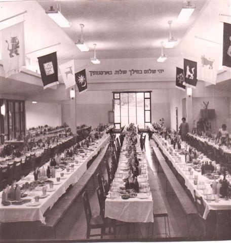 בניה חדר האוכל הישן חג העצמאות 1980 החלון פונה צפונה (1)