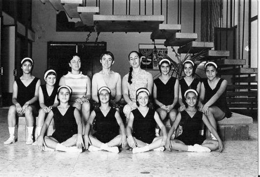 קבוצת הבלט הראשונה עם המורה נעמי סטמלמן בבית פיליפ מוריי מרץ 1973תגר