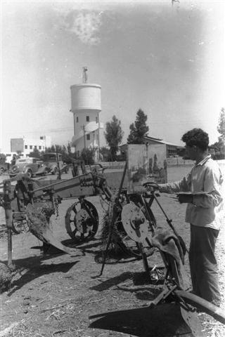 D14-046 ולטן קלוגר, 1940, אהרן גלעדי חבר הקיבוץ מצייר בחצר המשק