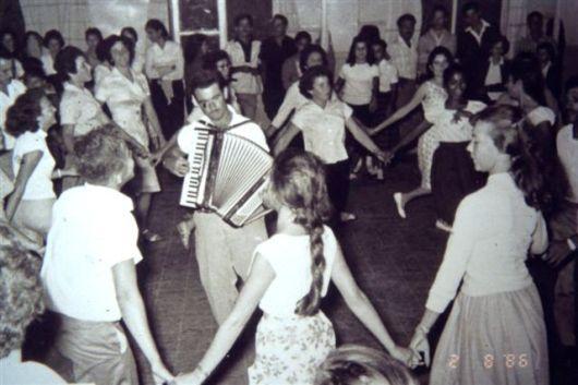 רוקדים בחדר אוכל הישן
