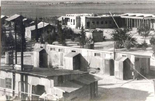 בניית חדר אוכל 1953 בין הצריפים, המקלחת המשותפת והמכבסה הישנה
