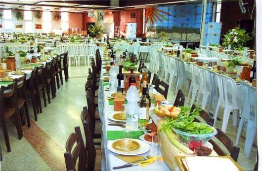 עריכת השולחנות לסדר בחדר האוכל 2012