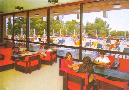 פנים המועדון עם מבט למרפסת 1985