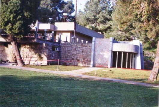 תוספת חדר הנצחה וקיר שמות למועדון לכוון אולם הספורט 1994