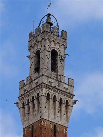 450px-Siena-Palazzo-Pubblico-Crown-2012