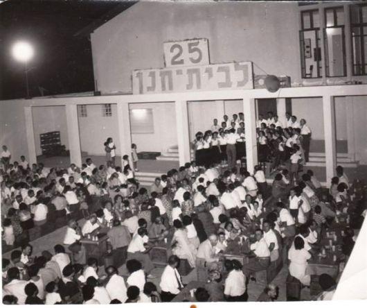 רחבת בית העם 25 למושב