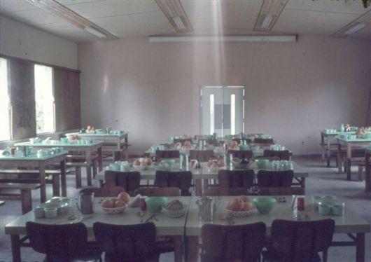 געתון-חדר האוכל הישן-1967-הארוחה מוכנה