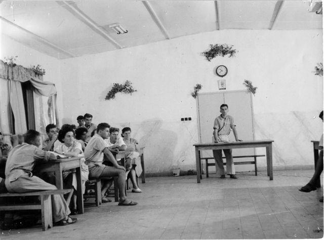 שיחות קיבוץ חדר האוכל,בוניו המזכיר-שונות ה-50
