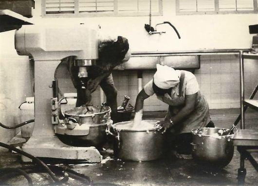 110-3_1965 002 הכנת עוגה
