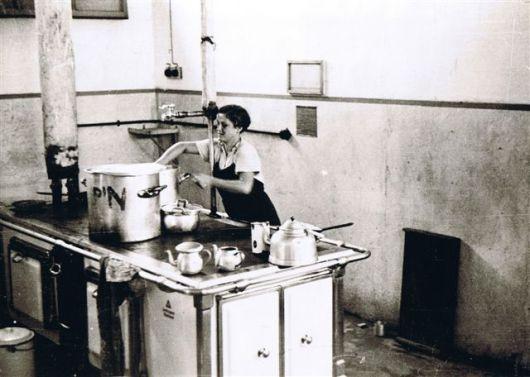 1941 רות ברנר במטבח צלם אשא ב -א