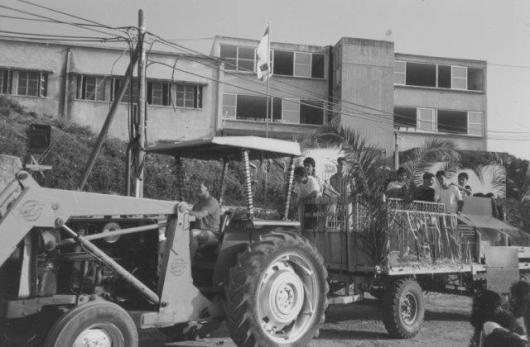 עגלה בתהלוכת המשק כנראה 1977 חג שבועות