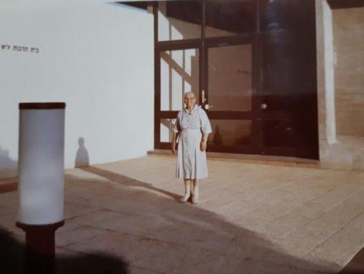 עדה מימון בפתח האולם תחילת שנות ה 70