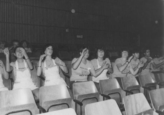 שמעון לוי אביגיל דינו, אילנה טימסיט, יפה ביטון סינרים מכלכלת בית כקהל לנעמת קנדה באולם 1978אשכול צילום רבקה פינדר